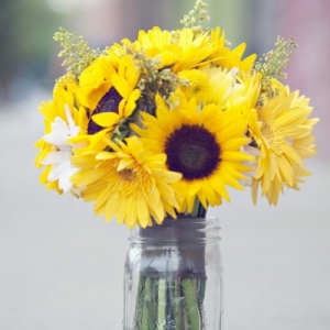 cheerful-summer-yellow-bridal-bouquet-of-sunflowers-and-daisies-the-french-bouquet-laura-vogt-photography