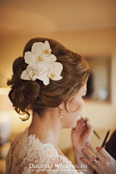 вечерние прически на свадьбу с живыми цветами