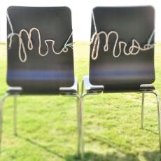 ukrashenie-stuliev-dlya-svadbi-mr-mrs