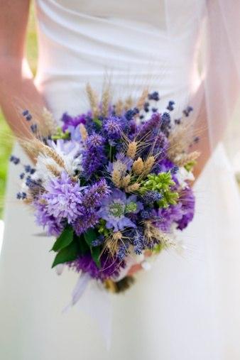 Свадебный букет невесты из полевых цветов 32
