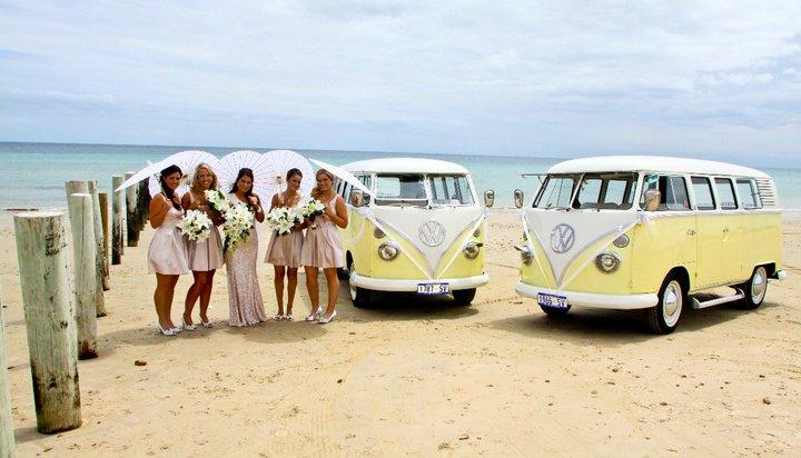желтый ретро автомобиль на свадьбу