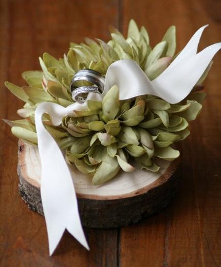 необычная подушечка для колец с цветком зеленая свадьба
