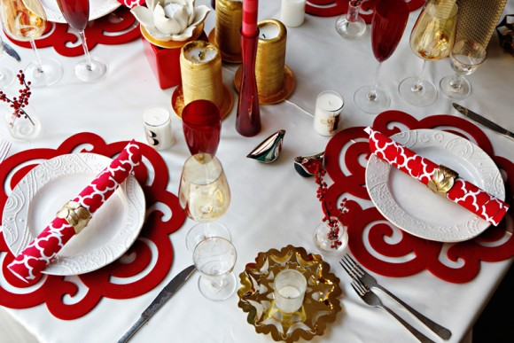 red-white-patterned-holiday-christmas-table-ideas-580x387