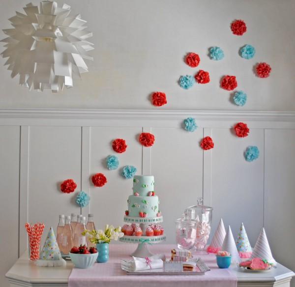 красные и голубые помпоны из бумаги десертный стол