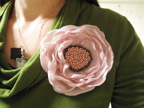 Как сделать цветы из ткани и где их