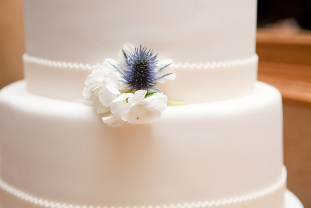 svadebnii-tort-belii-s-tsvetkom-chertopoloha-shotlandskaya-svadba