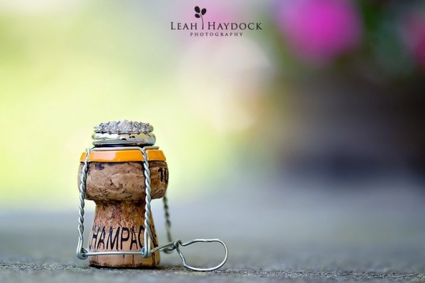 обручальные свадебные кольца на пробке шампанского