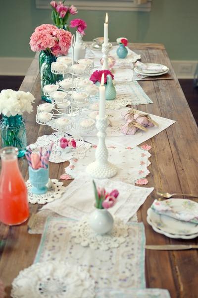 ukrashenie-svadebnogo-stola-derevenskii-stil-kantri