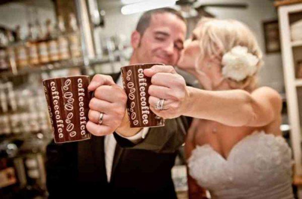 kofeyniy-bar-na-svadbu-02-molodozhony-s-kofe