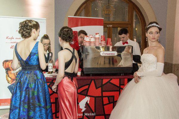 kofeyniy-bar-na-svadbu-05-nevesta-i-podruzhki