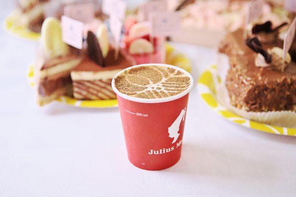 kofeyniy-bar-na-svadbu-07kofe-s-logotipom-na-poverhnosti-napitka